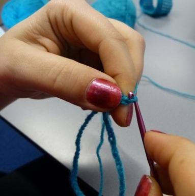 Steek je haaknaald weer door je eerst gehaakte losse en maak deze vast door een vaste te haken. Je haakwerkje wordt nu rond.