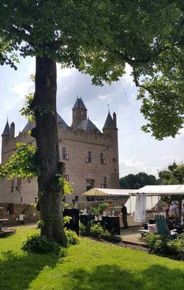 De kunstmarkt op de binnenplaats van kasteel Doornenburg.